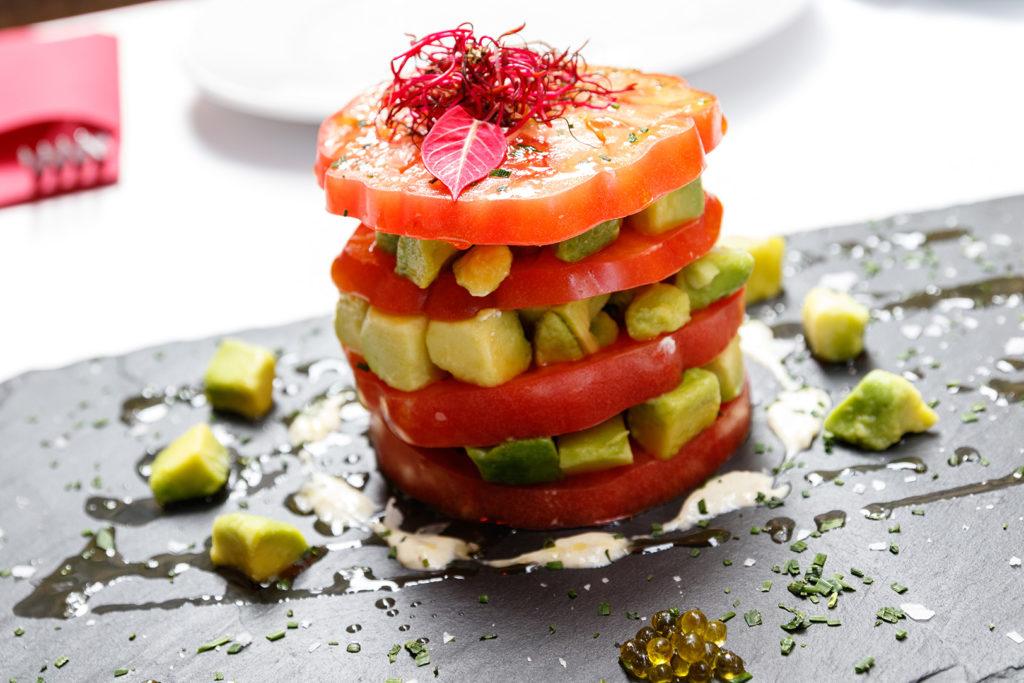 Ensalada de aguacate y tomate Huevo de Toro